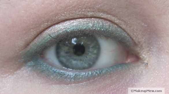 Image of a green eyelining look